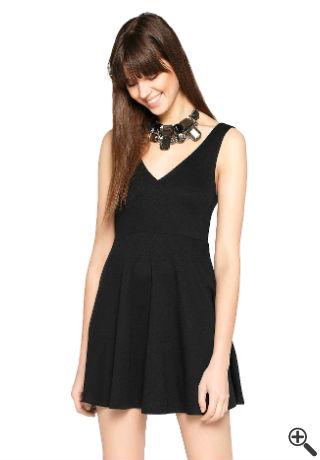 Schwarzes Kleid mit V-Ausschnitt Outfit fürs erste Date